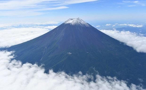 Tuyết trên đỉnh Phú Sĩ rơi sớm gần 1 tháng